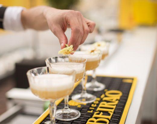 Barman nawesele – świetna atrakcja czyzbędny koszt?